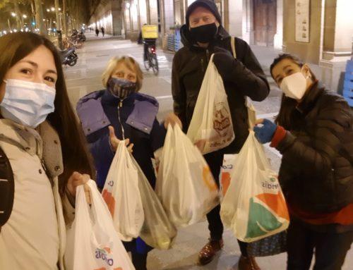 Repartiment de menjar entre les persones sense llar de Barcelona